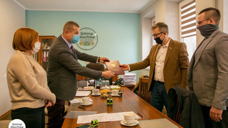 Umowa w Gminie Głuchów podpisana: rusza budowa dwóch sal sportowych
